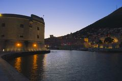 Dubrovnik la nuit Photo stock