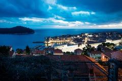 Dubrovnik-Luftnachtansicht über alte Stadt und Hafen nach Sonnenuntergang mit drastischem cloudscape, Kroatien stockfotos