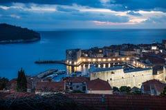 Dubrovnik-Luftnachtansicht über den Hafen nach Sonnenuntergang mit drastischem cloudscape, Kroatien lizenzfreies stockbild