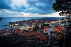 Dubrovnik-Luftnachtansicht nach Sonnenuntergang mit drastischem cloudscape, Kroatien lizenzfreie stockbilder