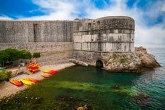 Dubrovnik miasta ściany blisko społeczeństwa wyrzucać na brzeg Kolorina obraz stock