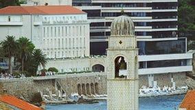 Dubrovnik oude stad met een hoofdklokketoren stock video