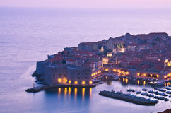 Dubrovnik por noche, Croacia Fotografía de archivo