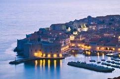 Dubrovnik por noche, Croacia Foto de archivo