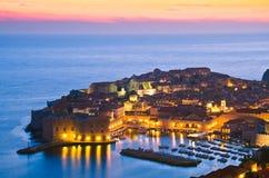 Dubrovnik por noche, Croacia Foto de archivo libre de regalías