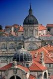 Dubrovnik röda tak och kupoler Arkivfoton
