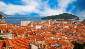 Dubrovnik rode daken en groen eiland Lokrum Stock Afbeelding