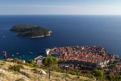 Dubrovnik` s Oud Stad en Lokrum-Eiland van hierboven Royalty-vrije Stock Fotografie