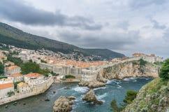 Dubrovnik stadsväggar från fortet Lovrijenac Arkivfoton