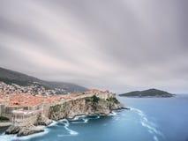 Dubrovnik stadsväggar med vattenflöde Royaltyfria Foton