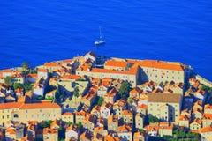 Dubrovnik, Teil der alten Stadt, touristisches Schiff im adriatischen Meer im Hintergrund Lizenzfreies Stockfoto