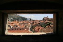 Dubrovnik a través de una ventana Foto de archivo libre de regalías