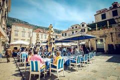 Dubrovnik uliczne kawiarnie przy głównym placem Obrazy Royalty Free