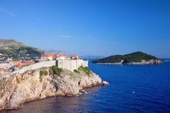 Dubrovnik und Lokrum Insel auf adriatischem Meer Stockbilder