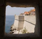 Dubrovnik väggar till och med fönster royaltyfri fotografi