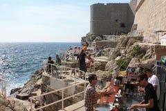 Dubrovniks Ozeanufer-Ansicht-Café und Stange Stockfotografie