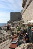 Dubrovniks Ozeanufer-Café und Stange Lizenzfreie Stockfotos
