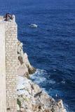 Dubrovniks Ozeanufer-Festungs-Café und Stange Lizenzfreie Stockbilder