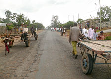 DUBULUK, ETHIOPIË - NOVEMBER 25, 2008: Regeling. De weg op t Stock Afbeeldingen