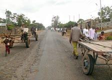 DUBULUK ETIOPIEN - NOVEMBER 25, 2008: Bosättning. Vägen på t Arkivbilder