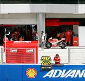 Ducati小组的乘员组在Sepang准备 库存图片