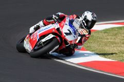 Ducati 1198R de Althea Racing, conducido por Carlos Checa en la acción durante la práctica del Superbike en Imola Circuit Imagenes de archivo