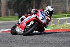 Ducati 1198R de Althea Racing, conducido por Carlos Checa en la acción durante la práctica del Superbike en Imola Circuit Foto de archivo