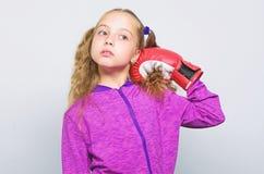 ?ducation de sport Comp?tence de chef r?ussi Enfant mignon de fille avec les gants rouges posant sur le fond blanc sport photos libres de droits