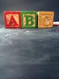 Éducation préscolaire montrée avec des blocs d'école maternelle sur un tableau noir Photos stock