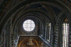 Duccio di buoninsegna Di Siena för duomo för målat glassfönster Inre av den storstads- domkyrkan av Santa Maria Assunta tuscany Arkivfoto