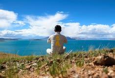 Duchów meditators obok jeziora Zdjęcie Stock