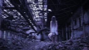Duch dziewczyna w zaniechanym budynku obiekty przemysłowe zdjęcie wideo