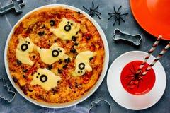 Duch Halloweenowa pizza, śmieszna pizza dekorował z serem i oli obraz stock