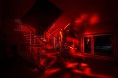 Duch w Nawiedzającym domu przy schodkami, Tajemnicza sylwetka ducha mężczyzna z światłem przy schodkami, horroru strasznego ducha Zdjęcia Royalty Free