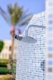 Ducha al aire libre al aire libre en un centro turístico tropical Foto de archivo