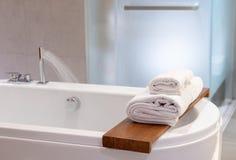 ducha blanca interior del espacio de la copia de las toallas del balneario del cuarto de baño con los refres fotografía de archivo libre de regalías