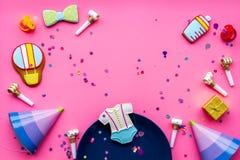 Ducha de bebé Galletas en la forma de los accesorios para el niño, los sombreros del partido y el confeti en el espacio rosado de Imagen de archivo