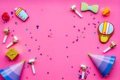 Ducha de bebé Galletas en la forma de los accesorios para el niño, los sombreros del partido y el confeti en el espacio rosado de Foto de archivo
