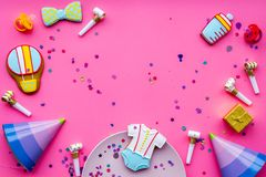 Ducha de bebé Galletas en la forma de los accesorios para el niño, los sombreros del partido y el confeti en el espacio rosado de Foto de archivo libre de regalías