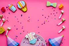 Ducha de bebé Galletas en la forma de los accesorios para el niño, los sombreros del partido y el confeti en el espacio rosado de Imagenes de archivo