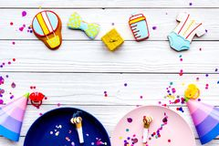Ducha de bebé Galletas en la forma de los accesorios para el niño, los sombreros del partido y el confeti en la opinión superior  Fotografía de archivo libre de regalías