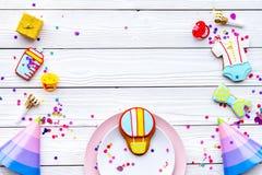 Ducha de bebé Galletas en la forma de los accesorios para el niño, los sombreros del partido y el confeti en la opinión superior  Fotos de archivo libres de regalías