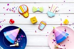 Ducha de bebé Galletas en la forma de los accesorios para el niño, los sombreros del partido y el confeti en la opinión superior  Imagen de archivo
