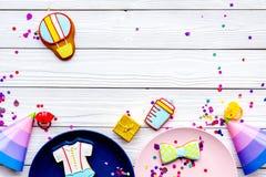 Ducha de bebé Galletas en la forma de los accesorios para el niño, los sombreros del partido y el confeti en la opinión superior  Foto de archivo libre de regalías