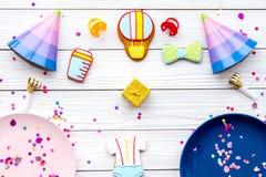 Ducha de bebé Galletas en la forma de los accesorios para el niño, los sombreros del partido y el confeti en la opinión superior  Fotos de archivo