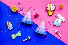 Ducha de bebé Galletas en la forma de los accesorios para el niño, los sombreros del partido y el confeti en la opinión superior  Fotografía de archivo
