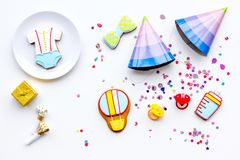 Ducha de bebé Galletas en la forma de los accesorios para los sombreros del niño y del partido en el espacio blanco de la copia d Fotografía de archivo