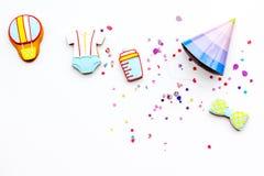 Ducha de bebé Galletas en la forma de los accesorios para los sombreros del niño y del partido en el espacio blanco de la copia d Imagenes de archivo