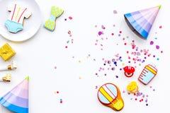 Ducha de bebé Galletas en la forma de los accesorios para los sombreros del niño y del partido en el espacio blanco de la copia d Imagen de archivo libre de regalías