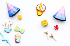 Ducha de bebé Galletas en la forma de los accesorios para los sombreros del niño y del partido en el espacio blanco de la copia d Foto de archivo